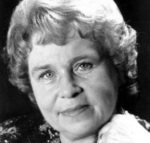 Marie-Thérèse Christel assemblait et berçait les mots jusqu'à ce qu'ils chantent. La Poésie était son plaisir. Vers après vers, elle s'exprimait avec passion et ses états d'âme nous transportaient d'émotions. Dans ce livre de poèmes, nous découvrons son bonheur d'écrire, de jouer et de peindre les tableaux de sa vie. Par ces témoignages de sourires imbriqués de larmes, elle crée l'exception. Au-delà des mots, le poète passe de la joie à la tristesse, de la condamnation à la supplique, de la vie à la mort. Parfois vindicative, tantôt complice, Marie-Thérèse Christel raconte son vivant du rêve au possible, avec foi et exaltation. Tout est vrai, tellement vrai, qu'elle nous emporte irrésistiblement...