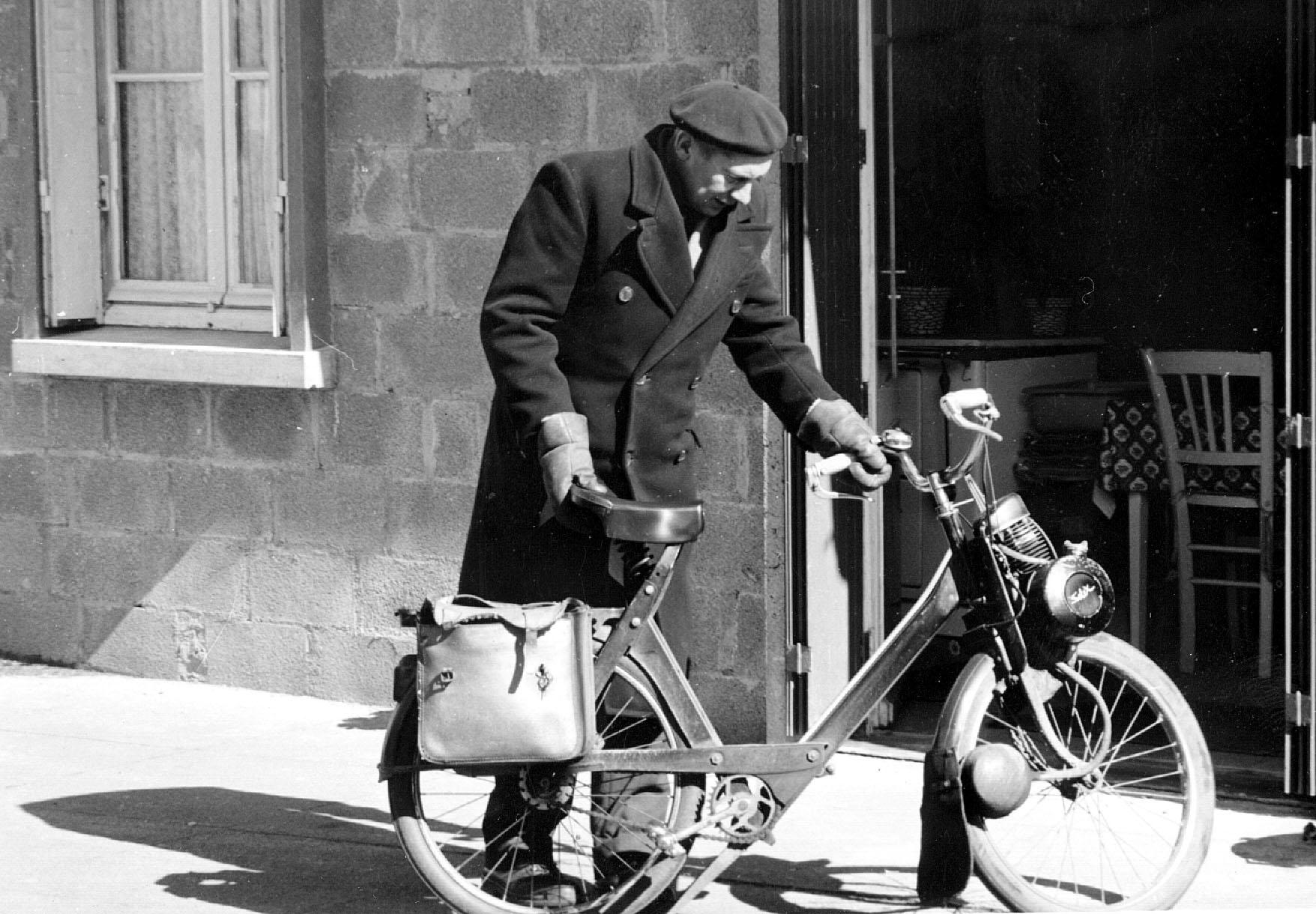 Mon Père Pierre Chesneau avec son solex.
